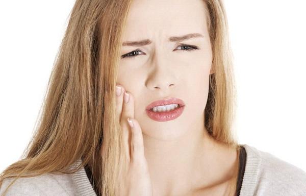 Răng ê buốt, chảy máu là dấu hiệu thường thấy sau khi trồng răng Implant